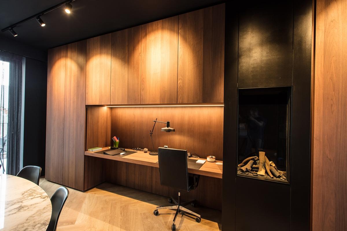 Appartement | Totaalinrichting: Keuken, Haardwand, kastwand, wanden & deuren in notenlaar fineer & te schilderen front.