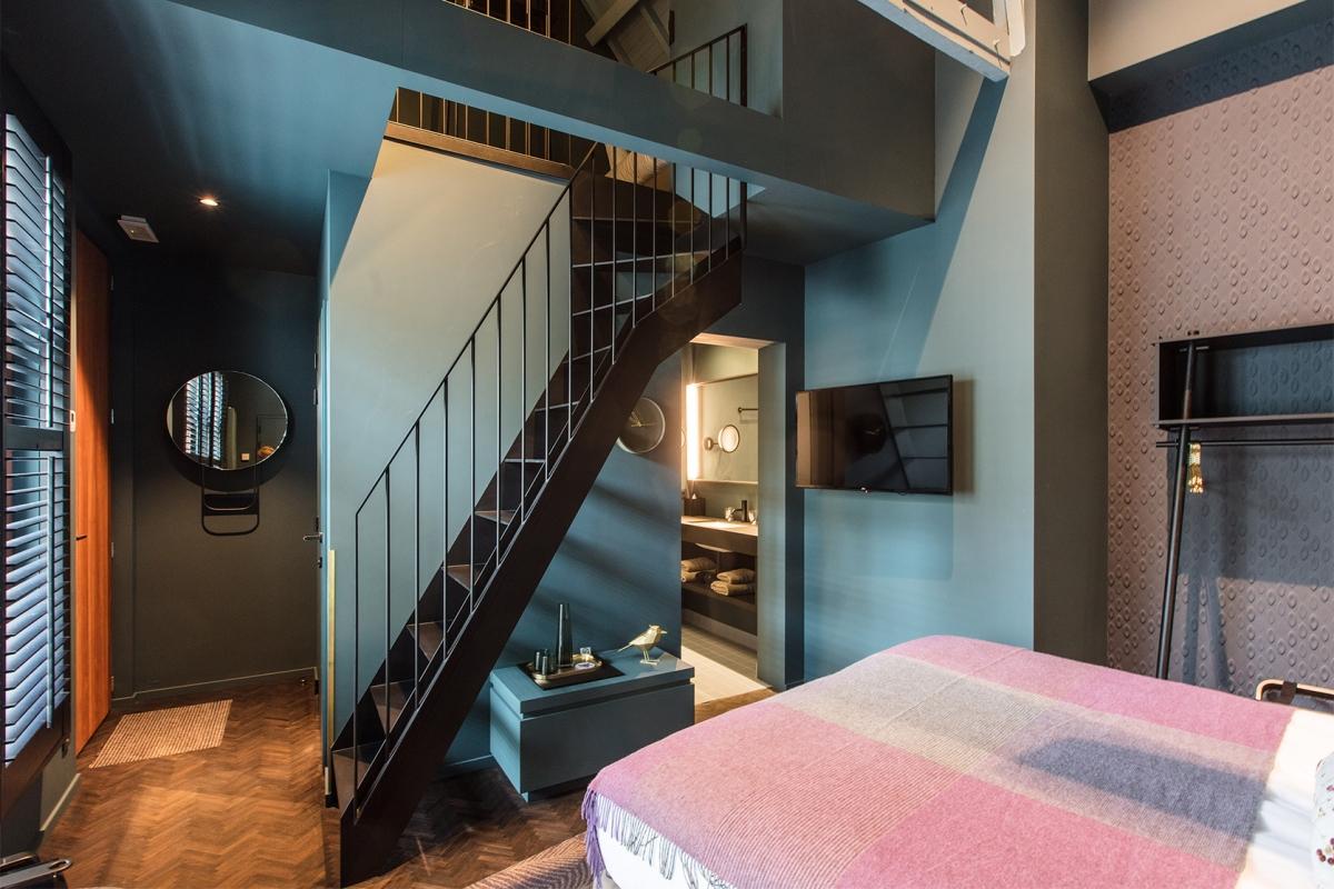 Urban guesthouse | Totaal inrichting: Kaders LED spiegel, Wanden, voorzetwanden, scheidingswanden, deuren, schuifdeuren, badkamermeubilair & ingerichte mezzanine.